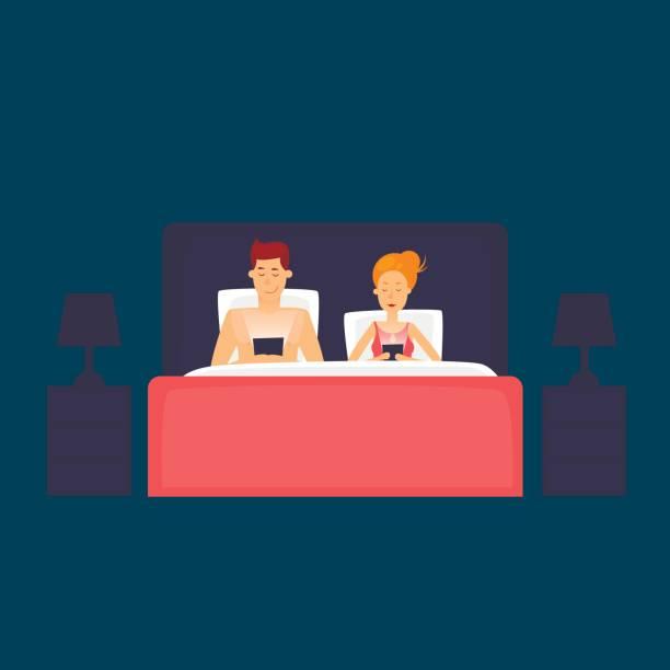 ベッドで横になっていると、携帯電話を見てのカップル。フラットなデザインのベクトル図です。 - スマホ ベッド点のイラスト素材/クリップアート素材/マンガ素材/アイコン素材