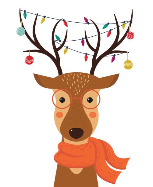 niedlichen cartoon hirsch mit weihnachten spielzeug, girlanden auf die hörner und schal. frohe weihnachten. frohes neues jahr. vektor-illustration. - rentier stock-grafiken, -clipart, -cartoons und -symbole