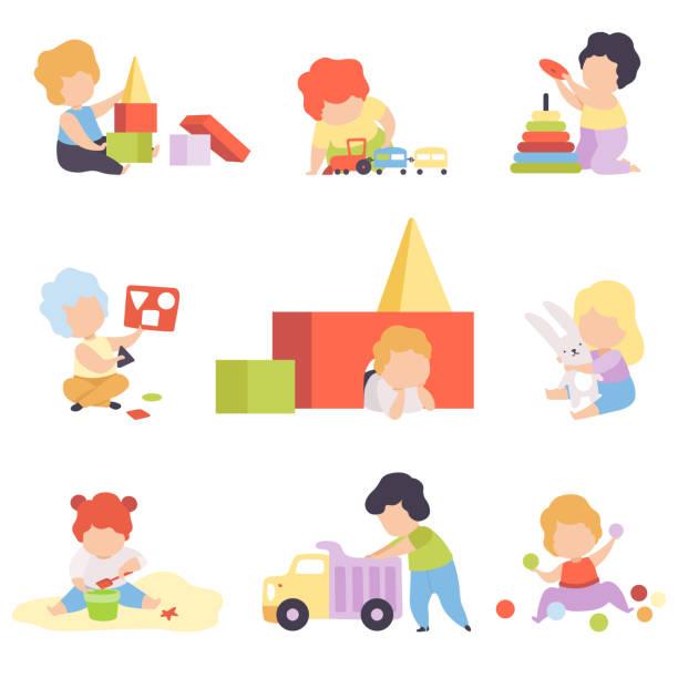 ilustrações, clipart, desenhos animados e ícones de miúdos pequenos bonitos que jogam com os brinquedos ajustados, meninos e meninas da criança que jogam com pirâmide, blocos, carro, classificador, ilustração do vetor das esferas - brincadeira