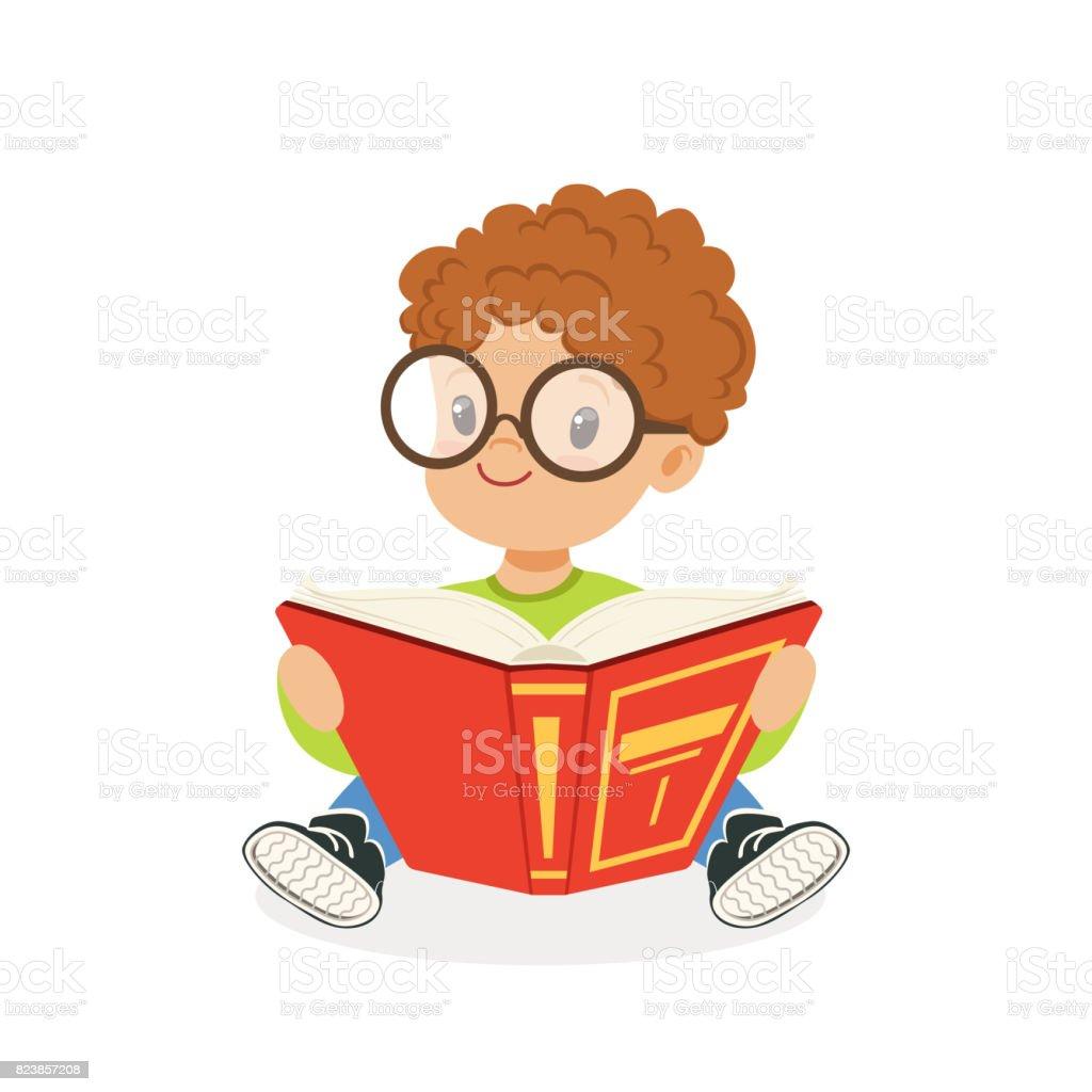 Niedliche rothaarige junge mit Brille, ein Buch zu lesen, Vektor Kind genießen lesen, bunten Charakter-Illustration – Vektorgrafik