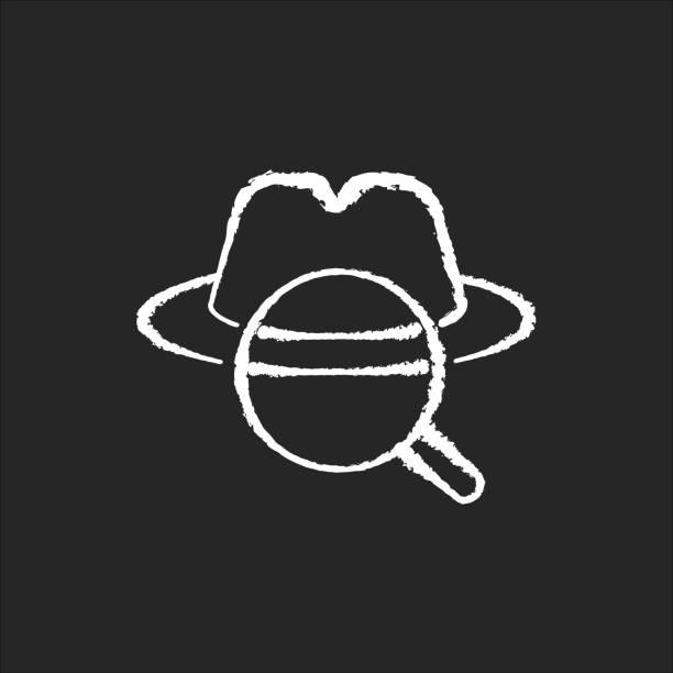 illustrazioni stock, clip art, cartoni animati e icone di tendenza di icona del detective bianco gesso su sfondo nero. genere cinematografico tradizionale, film noir classico. mistero omicidio, indagine sul crimine. cappello in feltro e lente d'ingrandimento illustrazione della lavagna vettoriale isolata - thriller