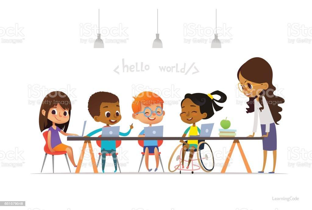 車椅子で他の子供たちのノート パソコンに座っていると、符号化情報学レッスン中に学習障害の女の子。学校のインクルーシブ教育のコンセプトです。広告のウェブサイトのためのベクトル図。 ベクターアートイラスト