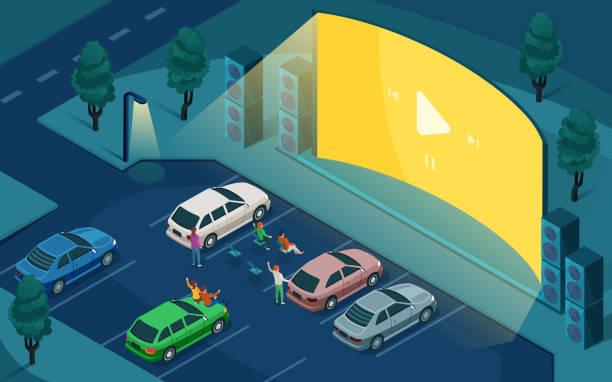 illustrations, cliparts, dessins animés et icônes de drive cinéma, cinéma en plein air, conception isométrique vectorielle. les gens dans les voitures au stationnement de nuit, regardant le cinéma extérieur d'entraînement sur l'écran vide vide vide avec des haut-parleurs de bruit - voiture nuit