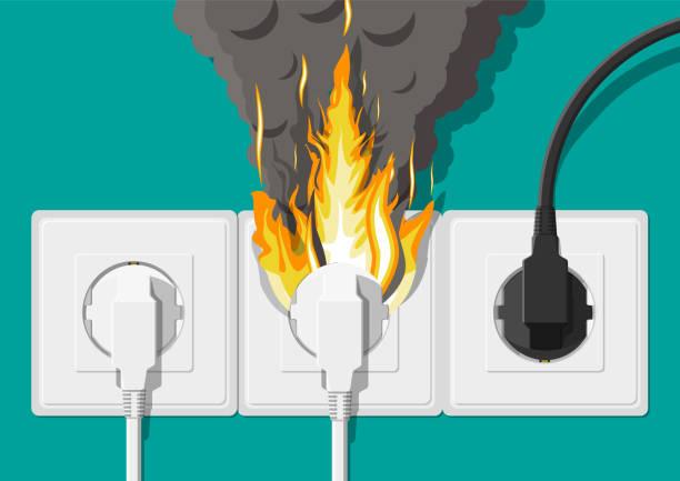 Elektrische Steckdose in Flammen. Überlastung des Netzwerks. – Vektorgrafik