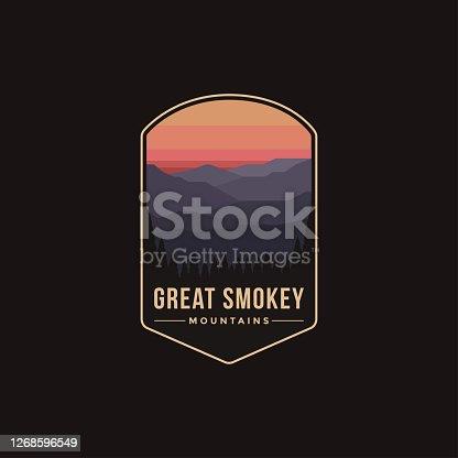 Ilustración de parches emblema del Parque Nacional de las Grandes Montañas Ahumadas sobre fondo oscuro