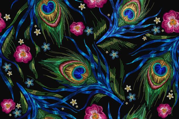 вышивка павлиньими перьями и розами цветов бесшовный узор. классическая модная вышивка красивыми павлиньими перьями. модный шаблон для ди� - peacock stock illustrations
