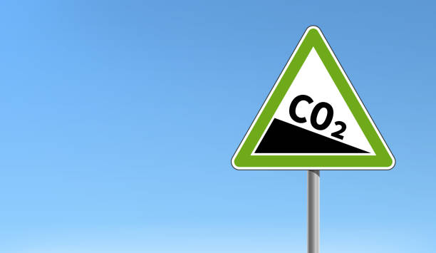 bildbanksillustrationer, clip art samt tecknat material och ikoner med co2-utsläppsminskning sign grön triangulär form blå himmel - co2