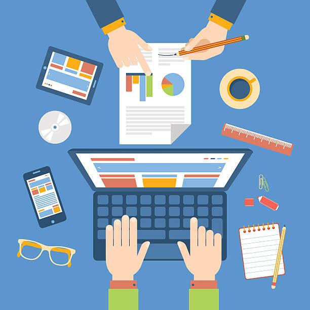Equipo de trabajo en la mesa. Equipo de trabajo en la mesa. Estrategia de marketing.  trabajo en equipo stock illustrations