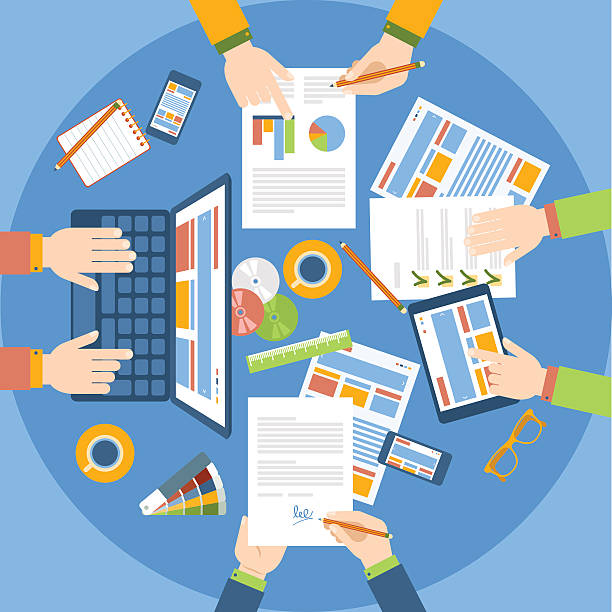 Equipo de trabajo en la mesa. Equipo de trabajo en la mesa. Estrategia de negocio. trabajo en equipo stock illustrations