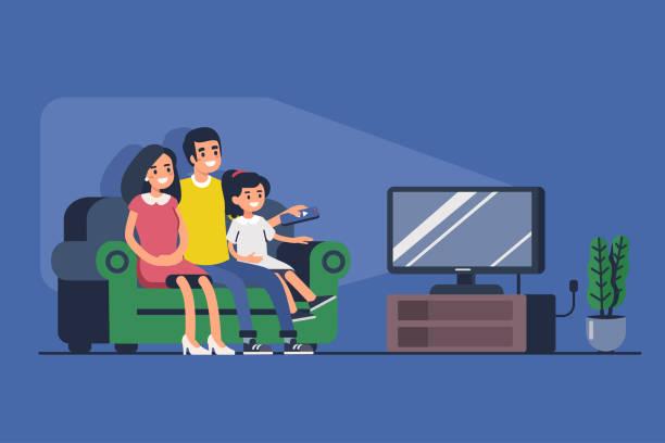 familie vor dem fernseher - zusehen stock-grafiken, -clipart, -cartoons und -symbole