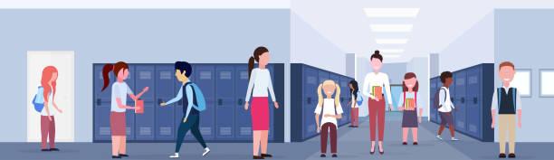 illustrations, cliparts, dessins animés et icônes de femme enseignant avec mélange race écoliers groupe dans l'école lobby couloir intérieur avec rangées de casiers bleus éducation concept horizontal bannière pleine longueur plat - niveau primaire