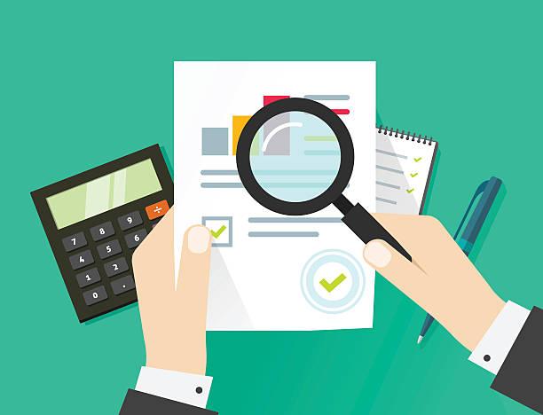 Auditoría financiera, la auditoria impuestos proceso, hoja de papel con las manos - ilustración de arte vectorial