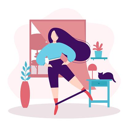 Fitness e estilo de vida saudável. Fique em casa conceito. Menina gorda com cabelos longos e escuros fazendo exercício de balanço de pernas com banda elástica na sala ou apartamento