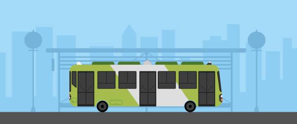 ilustraciones, imágenes clip art, dibujos animados e iconos de stock de autobús verde plano con parada de autobús en la ilustración vectorial de escena urbana. autobús en la calle principal con paisaje urbano. ciudad con parada de autobús - autobús