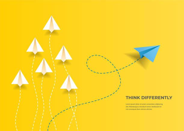 fliegende papierflugzeuge. anders denken, führung, trends, kreative lösung und einzigartiges wegkonzept. seien sie anders. - innovation stock-grafiken, -clipart, -cartoons und -symbole