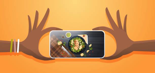 stockillustraties, clipart, cartoons en iconen met voedsel blogger mobiele foto van verse fruit salade met kip en saus top hoek weergave smartphone scherm sociaal netwerk activiteit concept horizontale - tafel restaurant top