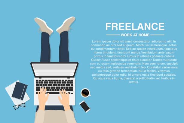 ilustraciones, imágenes clip art, dibujos animados e iconos de stock de freelance trabajar en casa con el portátil, vista superior. concepto de trabajo remoto o trabajo en casa. diseñador web, desarrollador o empleado tercerizado - trabajo freelance
