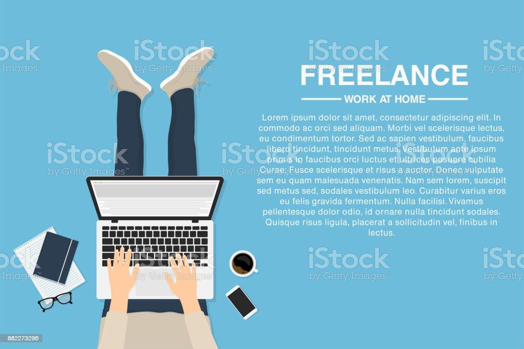 Freelance trabajar en casa con el portátil, vista superior. Concepto de trabajo remoto o trabajo en casa. Diseñador web, desarrollador o empleado tercerizado - ilustración de arte vectorial