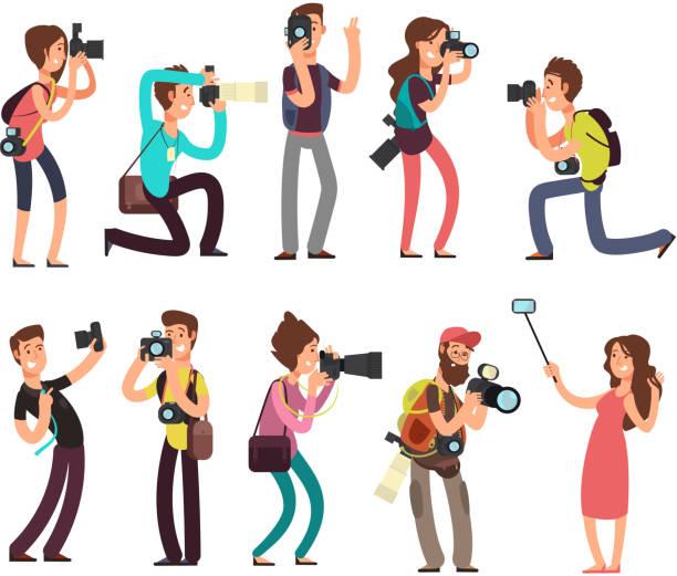 stockillustraties, clipart, cartoons en iconen met grappige professionele fotograaf met camera nemen foto in verschillende poses vector cartoon tekens instellen - journalist