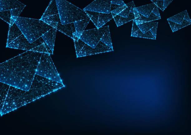 futuristisch glühende niedrige polygonale briefumschläge und kopierraum für text auf dunkelblauem hintergrund. - post it stock-grafiken, -clipart, -cartoons und -symbole