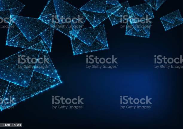 Futuristisch Glühende Niedrige Polygonale Briefumschläge Und Kopierraum Für Text Auf Dunkelblauem Hintergrund Stock Vektor Art und mehr Bilder von Abstrakt