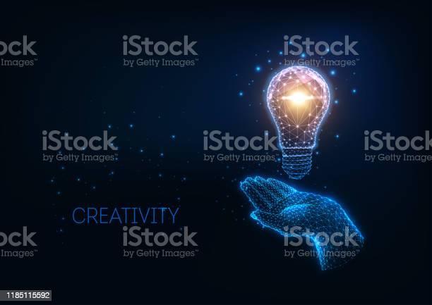 Futuristisk Idé Kreativitets Koncept Med Glödande Låg Polygonal Glödlampa Och Mänsklig Hand-vektorgrafik och fler bilder på Abstrakt