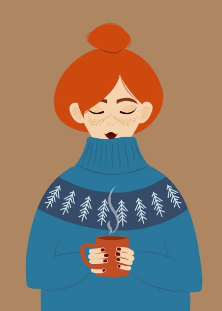 illustrations, cliparts, dessins animés et icônes de fille dans un chandail chaud boit une boisson chaude. fille rousse avec des taches de rousseur dans un énorme chandail confortable retenant une tasse de chocolat chaud. - femme tache de rousseur