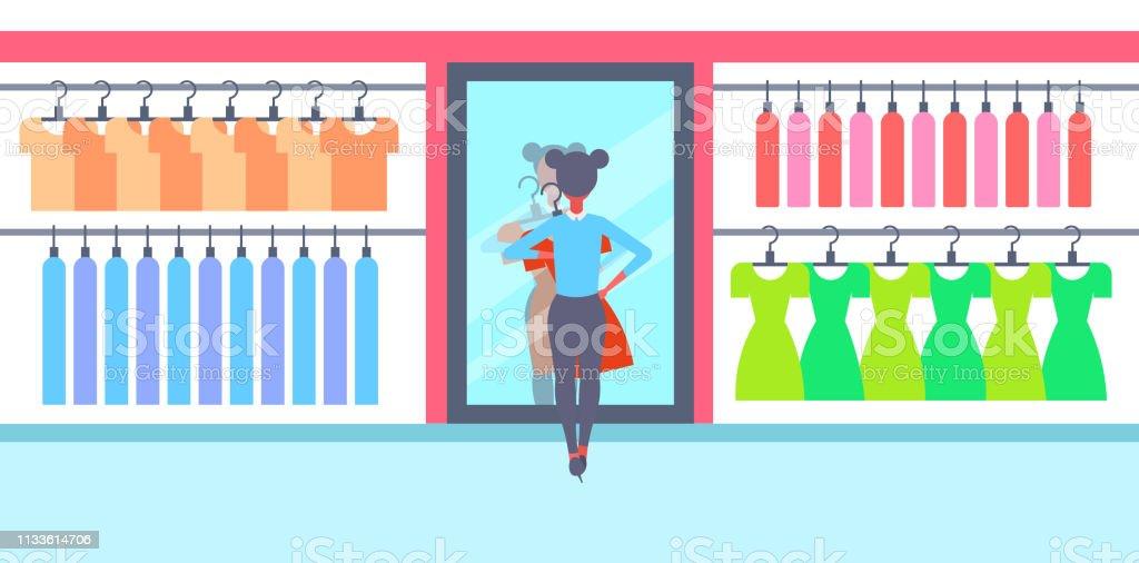 c5b2abd86 menina que tenta no novo vestido elegante mulher olhando espelho moda  feminina roupas mercado moderno Shopping