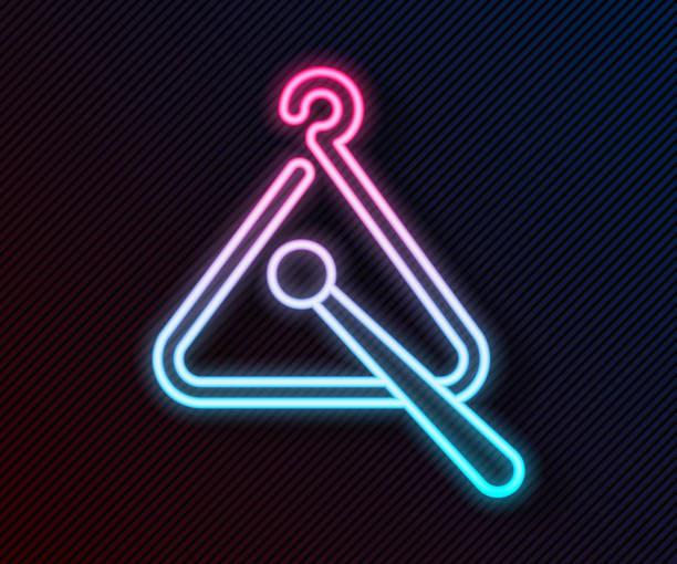 bildbanksillustrationer, clip art samt tecknat material och ikoner med glödande neonlinje triangel musikinstrument ikon isolerad på svart bakgrund. vektor illustration - triangel slagverksinstrument