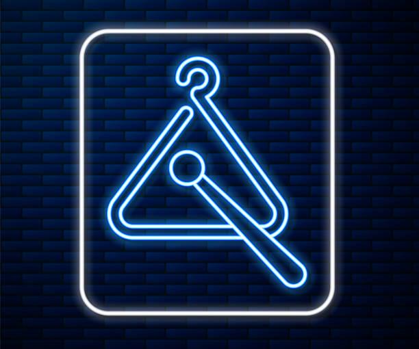 bildbanksillustrationer, clip art samt tecknat material och ikoner med glödande neonlinje triangel musikinstrument ikon isolerad på tegelvägg bakgrund. vektor illustration - triangel slagverksinstrument