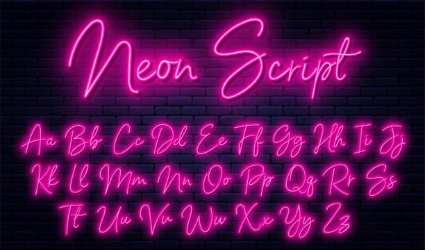 świecący neonowy alfabet skryptu. neonowa czcionka z wielką i pisaną literą. odręczny alfabet angielski z neonowym efektem świetlnym - neon stock illustrations