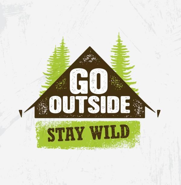 gehen sie nach draußen. bleiben sie wild. outdoor-camping motivation design element konzept. zelt mit pinien bäumen grobe darstellung - camping stock-grafiken, -clipart, -cartoons und -symbole