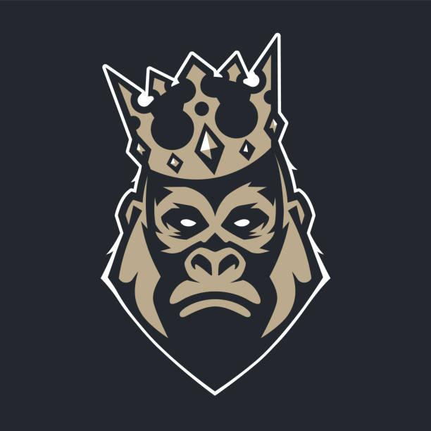 ilustraciones, imágenes clip art, dibujos animados e iconos de stock de gorila en corona mascota vector icono - gorila