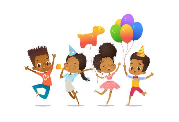 stockillustraties, clipart, cartoons en iconen met groep van afro-amerikaanse gelukkige jongens en meisjes met de ballonnen en verjaardag hoeden gelukkig springen met hun handen omhoog. birthday party vector illustratie voor website banner, poster, flyer, uitnodiging - tienerjongens