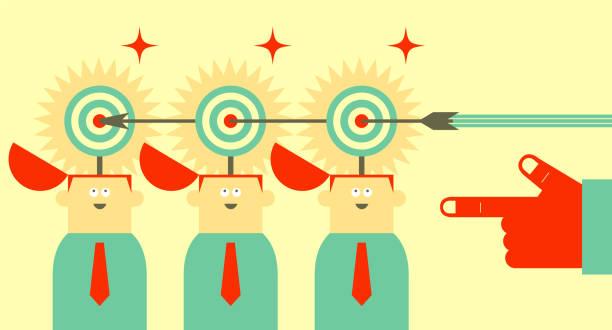 gruppe von geschäftsleuten in einer reihe mit geöffneten kopf und dart board (ziel), ein pfeil trifft ins schwarze - kopfschüsse stock-grafiken, -clipart, -cartoons und -symbole