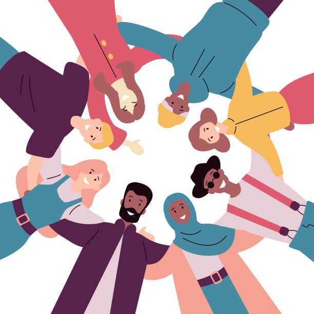 Gruppe von verschiedenen glücklichen Menschen stehen zusammen Low-Winkel-Blick. – Vektorgrafik