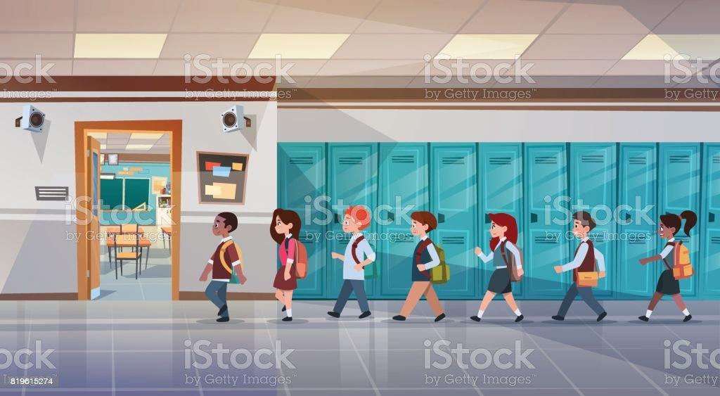 Groupe d'élèves marchant dans le couloir de l'école vers chambre, Mix course écoliers de la classe - clipart vectoriel de Adulte libre de droits