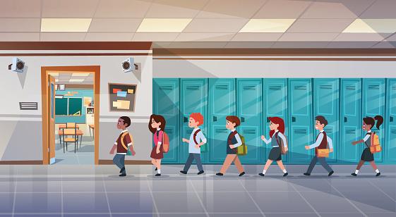 Vetores de Grupo De Alunos Andando No Corredor Da Escola Para A Classe Quarto Mistura Corrida Crianças Em Idade Escolar e mais imagens de Adulto