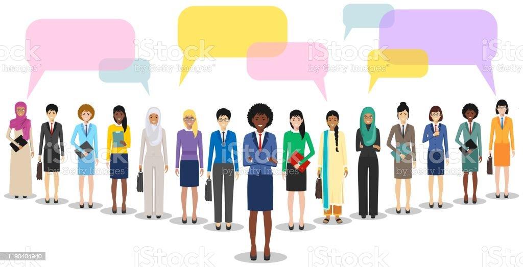 Groep vrouwenzaken vrouwen staan samen en spraak bubbels op witte achtergrond in platte stijl. Business team en teamwork. Verschillende nationaliteiten en kledingstijlen. Concept van de opiniepeiling. - Royalty-free Advies vectorkunst