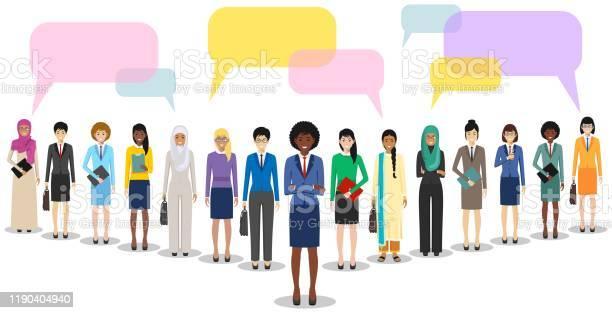 Groep Vrouwenzaken Vrouwen Staan Samen En Spraak Bubbels Op Witte Achtergrond In Platte Stijl Business Team En Teamwork Verschillende Nationaliteiten En Kledingstijlen Concept Van De Opiniepeiling Stockvectorkunst en meer beelden van Advies