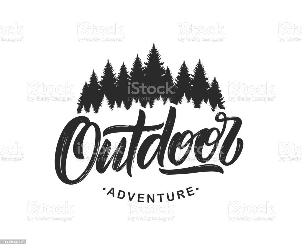 Handgeschriebene moderne Pinselbeschriftung Komposition von Outdoor-Abenteuer mit Silhouette aus Pinienwald auf weißem Hintergrund. - Lizenzfrei Abenteuer Vektorgrafik