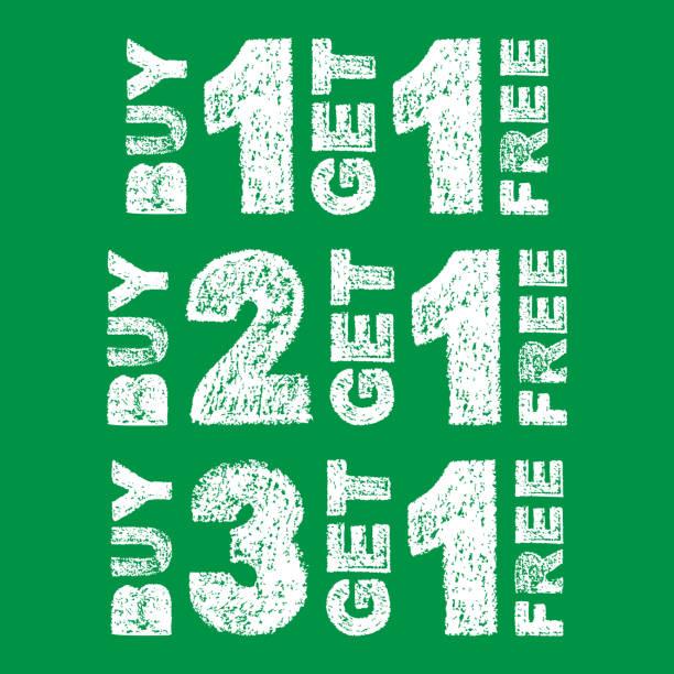 handschriftliche weiße fett kreide schriftzug kaufen 3 bekommen 1 frei, kaufen sie 2 bekommen 1 frei, kaufen 1 get 1 free text auf grünem hintergrund - einzelner gegenstand stock-grafiken, -clipart, -cartoons und -symbole