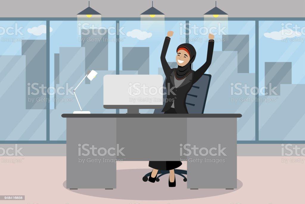 Heureux femme daffaires arabe est assis à une table dans le bureau