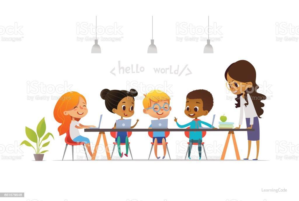 Crianças felizes sentados em computadores portáteis e aprender programação durante aula de escola, professor de pé perto da sorrir. Codificação para o conceito de crianças. Ilustração vetorial para site, anúncio, cartaz. - ilustração de arte em vetor