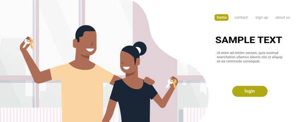 glückliches paar zeigt neue haus schlüssel immobilien konzept afroamerikanische mann frau zusammen stehen moderne wohnung innen flach horizontal porträt textfreiraum - neues zuhause stock-grafiken, -clipart, -cartoons und -symbole