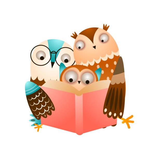 빨간 책을 읽는 올빼미의 행복한 귀여운 가족 - 몰도바 stock illustrations