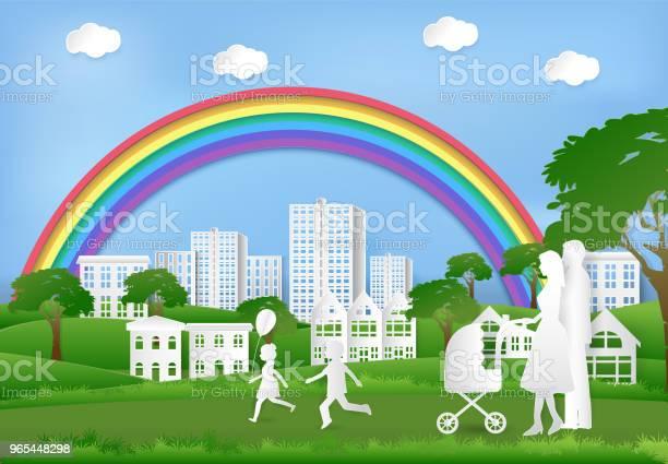 Szczęśliwa Rodzina Bawiąca Się W Parku I Tęcza Na Błękitnym Niebie Tło Sztuki Papierowej - Stockowe grafiki wektorowe i więcej obrazów Park - Krajobraz naturalny