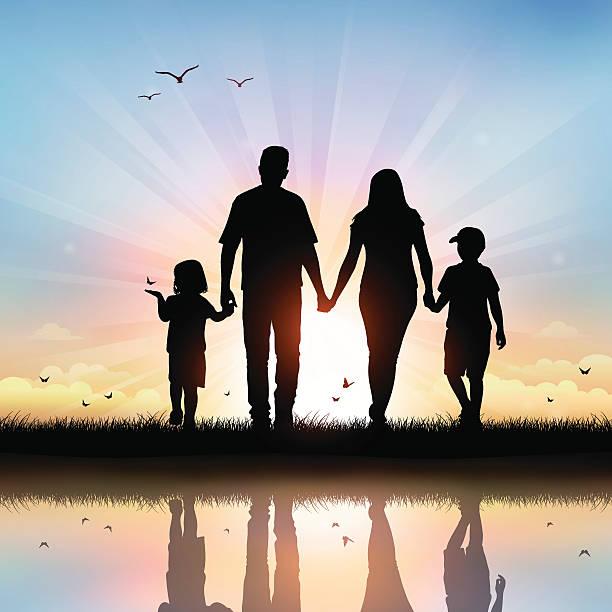Glückliche Familie mit Kindern zu Fuß im Sonnenuntergang – Vektorgrafik