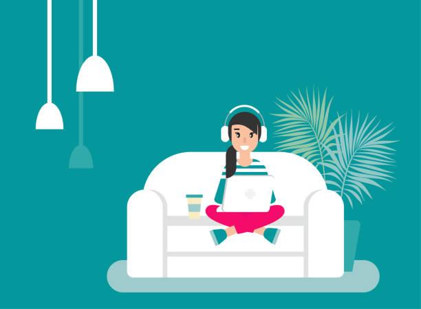 Chica feliz freelancer con los auriculares en el sofá con el portátil. trabajo de hipster creativa en el hogar. - ilustración de arte vectorial