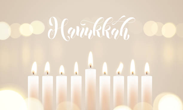 ilustraciones, imágenes clip art, dibujos animados e iconos de stock de feliz hanukkah velas luces bokeh y blanco caligrafía texto para diseño de tarjetas de felicitación festividad judía. • fondo festival luces santas vector chanukah o janucá de vela desenfoque llama - jánuca